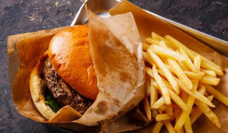 Το πρόχειρο φαγητό διοχετεύει στο αίμα επικίνδυνα χημικά