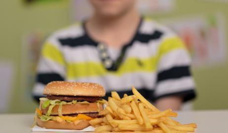 Οι διαφημίσεις fast foods παρακινούν τα παιδιά να τρώνε περισσότερο