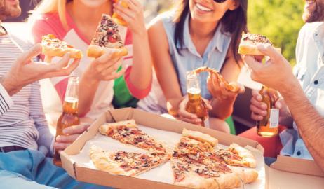 Συσχετίζετε κι εσείς τις πίτσες με τα πάρτι; το βάρος σας μπορεί να καθορίσει το πώς σκέφτεστε για τα τρόφιμα