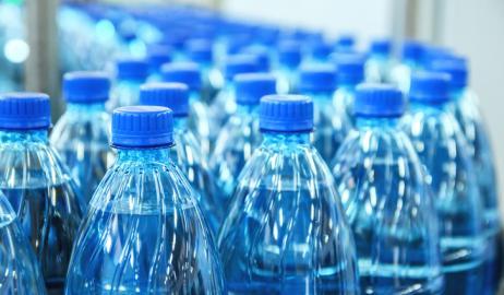 Η ενοχλητική αλήθεια για τη ρύπανση από τα πλαστικά: μικροπλαστικά και σε εμφιαλωμένα νερά