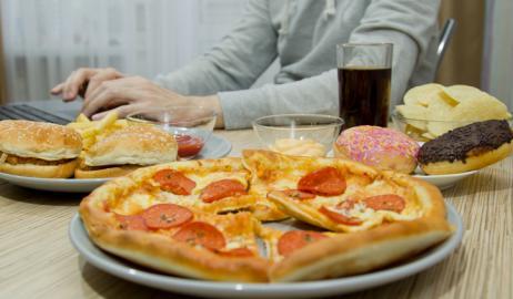 Μια δίαιτα με υψηλή περιεκτικότητα σε λιπαρά είναι εξίσου ανθυγιεινή για τους νέους άνδρες και γυναίκες