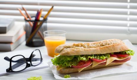 Δωρεάν σνακ στους εργασιακούς χώρους: προνόμιο ή παγίδα;