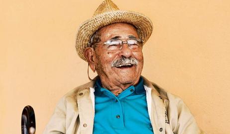 Ικαριώτης έκλεισε τα 100 χρόνια ζωής και το γιόρτασε με ταγκό σε ένα μεγάλο πάρτι!