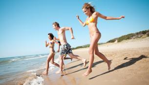 παρέα νέων στην παραλία, καλοκαίρι