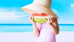 Τρώγοντας καρπούζι στην παραλία