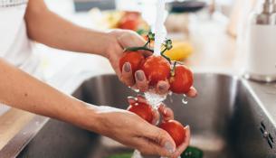 Αυτά τα 12 φρούτα και λαχανικά έχουν τα περισσότερα κατάλοιπα φυτοφαρμάκων