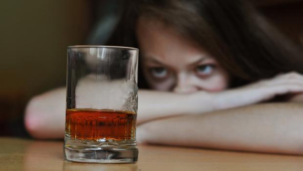 Το αλκοόλ καταστρέφει την εγκεφαλική λειτουργία των εφήβων