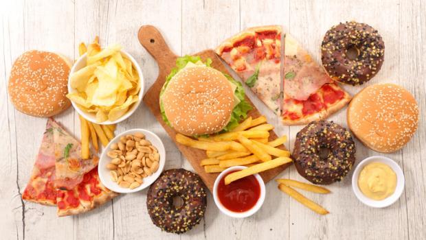 Τροφές που «σαμποτάρουν» τον εγκέφαλό μας